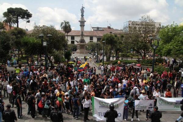 ESTUDIANTES DE UNIVERSIDADAS CERRADAS PROTESTAN EN LA PRESIDENCIA