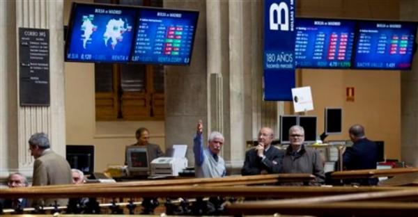 La bolsa de valores de Madrid el lunes 23 de abril del 2012. España ha vuelto a caer en recesión en el primer trimestre del ano, anunció el banco central. (Foto AP/Paul White)