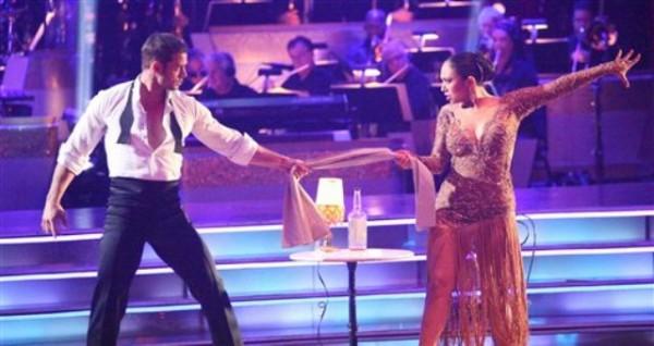 """El actor cubano William Levy y la bailarina Cheryl Burke presentan un número en la competencia """"Dancing with the Stars"""" en esta imagen del 16 de abril del 2012 tomada en Los Angeles y difundida por ABC. (AP Foto/ABC, Adam Taylor)"""