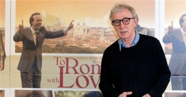 """El director y actor Woody Allen durante una sesión de fotos de la película """"To Rome with Love"""", en Roma el viernes 13 de abril de 2012. (Foto AP/Andrew Medichini)"""