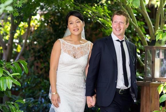Esta foto difundida por Facebook muestra al fundador y presidente Mark Zuckerberg y su novia Priscilla Chan em su boda en Palo Alto, California, sábado 19 de mayo de 2012. La ceremonia tuvo lugar en la casa de Zuckerberg ante un centenar de invitados que creían que iban a festejar la graduación de Chan y se encontraron con la boda. (AP Foto/Facebook, Allyson Magda Photography)