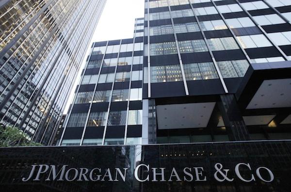 Sucursal del banco JPMorgan Chase, el mayor de Estados Unidos, el viernes 11 de mayo del 2012, en Nueva York. El banco anunció el jueves que perdió 2.000 millones de dólares en las últimas seis semanas. (Foto AP/Mark Lennihan)