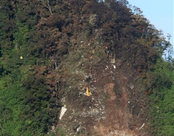Los restos de un avión Superjet-100 Sukhoi quedaron diseminados sobre la cuesta casi vertical de un volcán en el que se estrelló el miércoles en Bogor, Java Occidental, en Indonesia, de acuerdo con esta imagen del viernes 11 de mayo de 2012. Se teme que los 45 ocupantes del aparato hayan perecido. La nave efectuaba un vuelo de demostración para posibles compradores de la misma. (Foto AP)