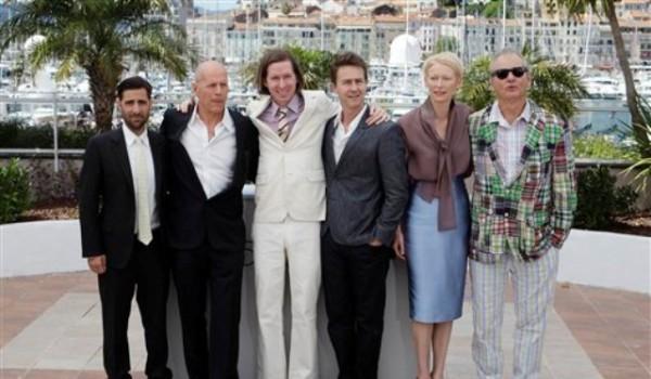 De izquierda a derecha los actores Jason Schwartzman, Bruce Willis, el director Wes Anderson, y los actores Edward Norton, Tilda Swinton, y Bill Murray durante una sesión de fotos para la película ?Moonrise Kingdom? en el 65to Festival de Cine de Cannes en Francia, el miércoles 16 de mayo de 2012. (Foto AP/ Lionel Cironneau)