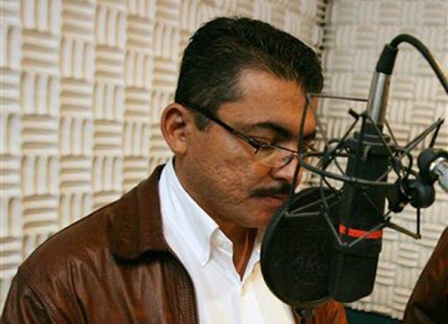 En esta foto sin fecha divulgada por la radio HRN, Alfredo Villatoro habla durante un programa en la emisora en Tegucigalpa, Honduras. Villatoro, el coordinador de noticis de radio HRN, fue secuestrado el miércoles temprano en Tegucigalpa por desconocidos que interceptaron al periodista cuando se dirigía a su trabajo. (AP Foto/HRN Radio)
