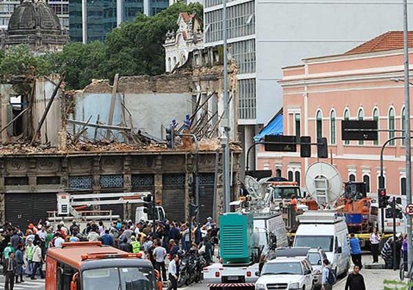 ORG XMIT: BRA03 BRA03. RÍO DE JANEIRO (BRASIL), 15/05/2012.- Autoridades asisten al lugar donde una casa antigua se desplomó parcialmente hoy, martes 15 de mayo de 2012, en el centro de Río de Janeiro (Brasil). El accidente, ocasionado por motivos desconocidos, no causó víctimas debido a que el inmueble estaba desocupado. EFE/Marcelo Sayão