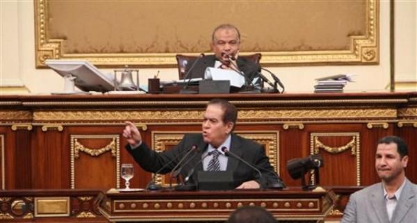 ARCHIVO - En esta imagen de archivo del 2 de febrero de 2012, el legislador Saad el-Katatni, de la Hermandad Musulmana, centro superior, escucha al primer ministro Kamal el-Ganzouri durante una sesión de emergencia del Parlamento egipcio en El Cairo, capital de Egipto. El domingo 29 de abril de 2012, el-Katatni, presidente del Parlamento, dijo que la junta militar en el poder ha prometido una remodelación ministerial. (Foto AP, ARCHIVO)