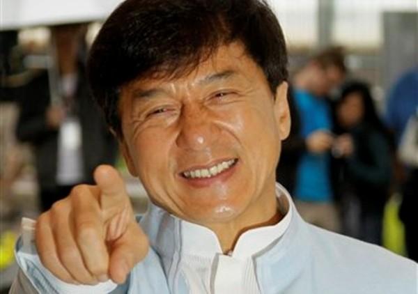 El director y actor Jackie Chan posa durante una sesión de fotos de la cinta ?Chinese Zodiac? en el 65to Festival de Cine de Cannes en Francia, el viernes 18 de mayo de 2012. (Foto AP/Francois Mori)
