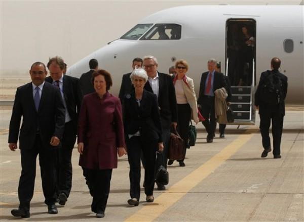 Los negociadores de las potencias mundiales llegan al aeropuerto internacional de Bagdad, Irak. Los visitantes se reunieron el miércoles con diplomáticos iraníes para tratar el programa nuclear de Irán (AP Foto/Mohammed Ameen, Pool)