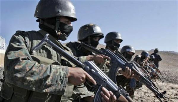 Unidades antiterroristas de las fuerzas de seguridad de Yeman en una foto del 6 de enero del 2010 mientras realizan entrenamientos en el área de Sarif en las afueras de Sana, la capital de Yemen.En los más recientes enfrentamientos armados para erradicar a al-Qaida del sur de Yemen murieron 13 milicianos de ese grupo, así como cuatro soldados y dos paramilitares, informaron funcionarios militares yemeníes el miércoles 16 de mayo del 20'12. (Foto AP,Archivo)