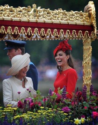 El duque y la duquesa de Cambridge (a la izquierda) y la Duquesa de Cornwall a bordo de la barcaza Espíritu de Chartwell para el desfile del jubileo de diamante en el río Támesis de Londres el domingo 3 de junio de 2012, en Londres. (Foto AP/Stefan Rousseau, Pool)