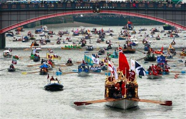 El navío Gloriana encabeza el desfile del jubileo de diamante en el río Támesis el domingo 3 de junio de 2012, en Londres. (Foto AP/Tim Hales)