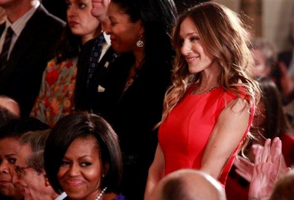 """En esta foto de archivo del 25 de febrero de 2010, el presidente Barack Obama, por fuera de la imagen, hace un reconocimiento a la actriz Sarah Jessica Parker, mientras la primera dama Michelle Obama sonríe en la Casa Blanca, en Washington, antes de que el mandatario presente la Medallas Nacionales de las Artes y las Humanidades del 2009. Obama estará el jueves 14 de junio de 2012 en la casa de Parker, la estrella de """"Sex and the City"""", como parte de su campaña de reelección. (AP foto/Pablo Martinez Monsivais, File)"""