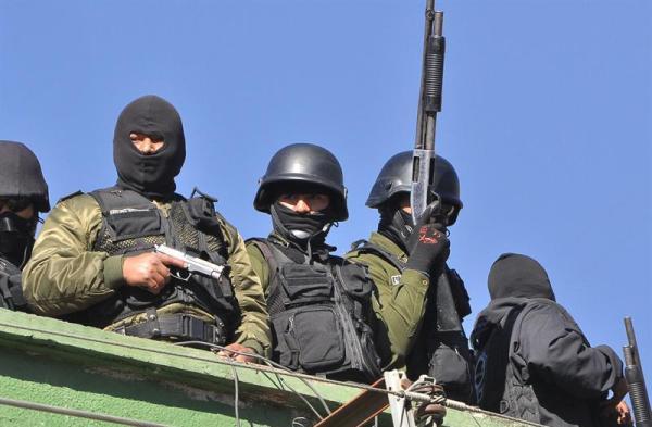 """COCHABAMBA (BOLIVIA), 22/06/2012.- Policías bolivianos se toman las instalaciones de la institución hoy, viernes 22 de junio de 2012, en Cochabamba (Bolivia). Dirigentes de los agentes de bajo rango de Cochabamba y Santa Cruz confirmaron a medios locales que también están """"acuartelados"""", en solidaridad con sus compañeros movilizados en La Paz, que han protagonizado saqueos y destruido la sede de la inteligencia en La Paz, durante una protesta para exigir mejoras salariales y laborales. EFE/ Jorge Abrego"""