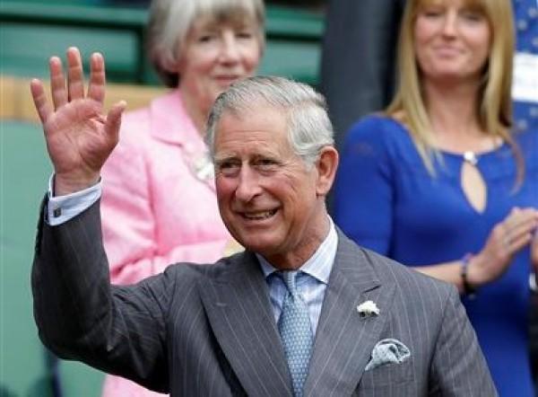 El príncipe Carlos saluda al público al llegar al palco real en Wimbledon para el partido entre Roger Federer y Fabio Fognini el miércoles, 27 de junio de 2012, en Londres.(AP Photo/Kirsty Wigglesworth)