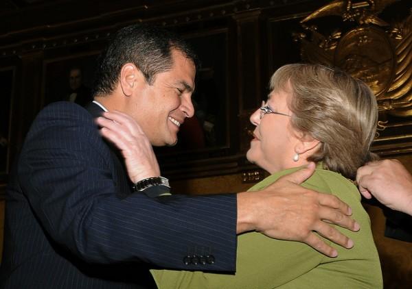 Rafael Correa y Michelle Bachelet. Foto de Archivo, La República.