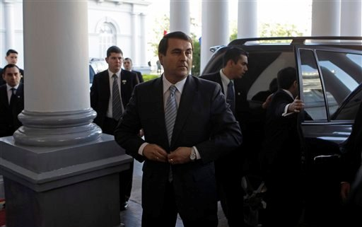 El nuevo presidente de Paraguay Federico Franco, quien reemplazó al destituido mandatario Fernando Lugo, llega al palacio presidencial en Asunción el sábado 23 de junio del 2012. Lugo fue destituido en un rápido juicio político en el Senado por mal desempeño en sus funciones, el 22 de junio del 2012. (AP Photo/Jorge Saenz)