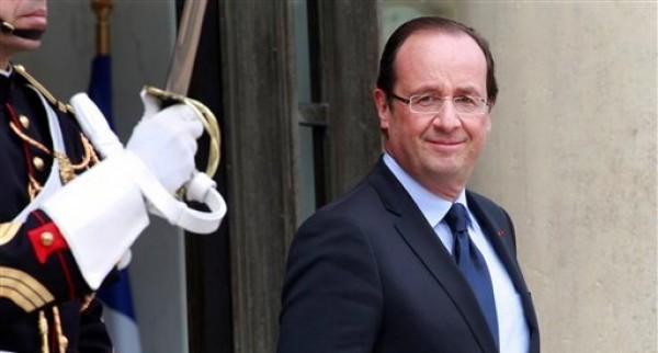 El presidente de Francia, Francois Hollande, aparece poco antes de reunirse con su contraparte de Nigeria, Issoufou Mahamadou, en el Palacio del Eliseo en París el lunes 11 de junio de 2012. Los socialistas y sus aliados de izquierda ganaron la primera ronda de las elecciones legislativas del domingo 10. (Foto AP/Thibault Camus)