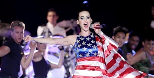 En esta imagen del 23 de mayo del 2012 difundida por Starpix, la cantante Katy Perry luce un vestido patriótico durante su actuacion en un evento patrocinado por Pepsi en Nueva York. (AP Foto/Starpix, Amanda Schwab, Archivo)