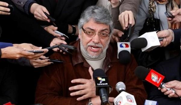 El destituido presidente de Paraguay Fernando Lugo da una conferencia de prensa en Asunción, Paraguay, el lunes 25 de junio de 2012. (AP foto/Cesar Olmedo)