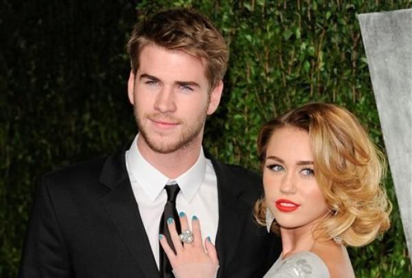 """En esta imagen del 26 de febrero del 2012, Miley Cyrus y Liam Hemsworth en la fiesta del Oscar de Vanity Fair, en West Hollywood, California. La pareja, que se conoció en el plató de la película """"The Last Song"""" en el 2009, anunció su compromiso el miércoles 6 de junio del 2012. (AP Foto/Evan Agostini, Archivo)"""