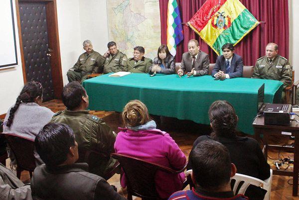 LA PAZ (BOLIVIA), 23/06/2012.- El ministro de gobierno, Carlos Romero (c), lidera una comisión durante una reunión con los policías de rangos bajos hoy, sábado 23 de junio de 2012, en La Paz (Bolivia), sobre el reclamo de mejores salarios de los agentes, que están amotinados desde el jueves, lo que motivó a que las autoridades decidieran mandar a los militares a patrullar las calles. La comisión y los dirigentes de los policías han tenido dos reuniones preliminares desde anoche sin resultados por el momento. EFE/ Agencia Boliviana de Información/