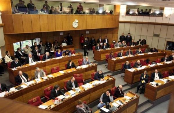 Senadores votan a favor de someter a juicio político al presidente Fernando Lugo en Asunción, Paraguay, el jueves 21 de junio. (AP foto/Cesar Olmedo)