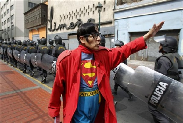 PERU-SUPERMAN CALLEJERO