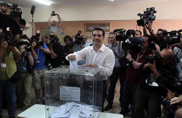 El líder de la Coalición de la Izquierda Radical (Syriza) Alexis Tsipras deposita su voto en una urna mientras vota en un colegio electoral en Atenas, Grecia, hoy, domingo 17 de junio de 2012, en los comicios más importantes desde la caída de la dictadura, según los definen los medios griegos, y cuyo resultado puede condicionar la permanencia del país en la eurozona. Casi 10 millones de griegos están llamados a votar en las segundas elecciones generales en seis semanas y que se plantean como un referéndum entre cumplir o no los compromisos de austeridad contraídos con la Unión Europea a cambio de ayuda financiera que evite la bancarrota del país.EFE/SIMELA PANTZARTZI
