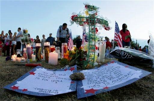 Homenaje improvisado el viernes, 20 de julio del 2012 en Aurora, Colorado, por las víctimas de la matanza perpetrada en un cine, en la que murieron por lo menos 12 personas y más de 50 resultaron heridas. (Foto AP/Ted S. Warren)