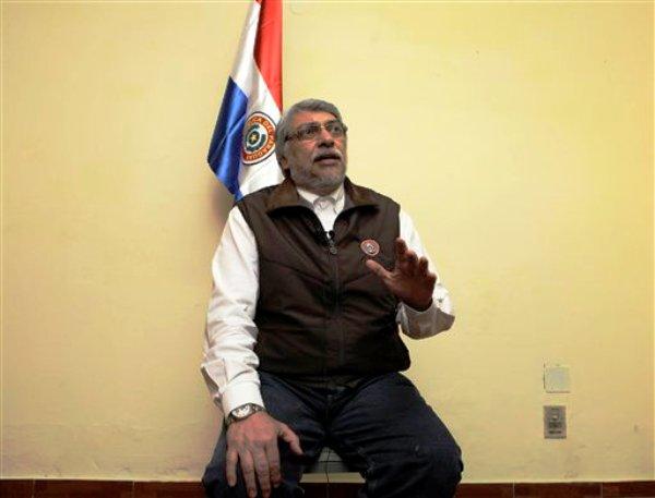 El destituido presidente de Paraguay, Fernando Lugo, habla durante una entrevista en Asunción, Paraguay, el miércoles 27 de junio de 2012. Lugo cree que la OEA no lo repondrá en el cargo, tal como ocurriera en 2009 con Manuel Zelaya de Honduras. (AP foto/Jorge Sáenz)