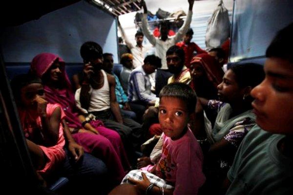 Varios pasajeros aguardan en un tren la vuelta de la electricidad en Nueva Delhi el lunes 30 de julio del 2010. Un apagón gigantesco dejó sin electricidad a 370 millones de personas en la India. (Foto AP/Rajesh Kumar Singh)
