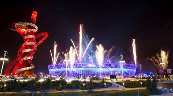 Una exhibición de fuegos artificiales en el Estadio Olímpico como parte de los ensayos para la ceremonia de apertura de los Juegos Olímpicos de Londres, el miércoles 25 de julio de 2012. Los Juegos arrancan el viernes 27. (AP Foto/Ben Curtis)