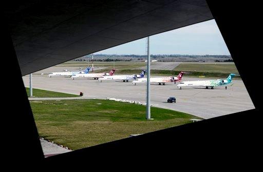 En esta foto del viernes 6 de julio de 2012 se aprecian aviones de la aerolínea nacional uruguaya Pluna en el aeropuerto de Montevideo. La adrolínea deficitaria dejó de operar en la jornada (AP Foto/Matilde Campodonico)