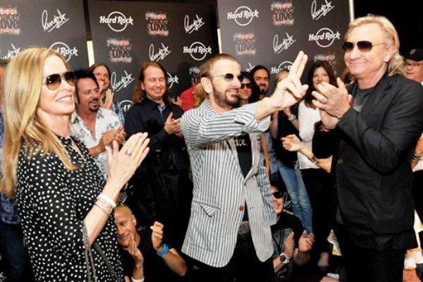 El ex beatle Ringo Starr, al centro, celebra su 72do cumpleaños acompañado de su esposa Barbara, a la izquierda, en el Hard Rock Café en Nashville, Tennessi, el sábado 7 de julio de 2012. A la derecha el músico Joe Walsh. (Foto AP/Rob Shanahan)