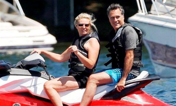 El candidato presidencial republicano y ex gobernador de Massachusetts Mitt Romney y su esposa Ann Romney se observan en el lago Winnipesaukee en Wolfeboro, Nueva Hampshire, el lunes 2 de julio de 2012. Romney tiene una casa de recreo en el lugar. (AP foto/Charles Dharapak)