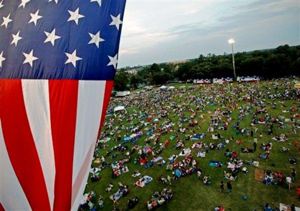 Una bandera estadounidense flamea sobre una extensa pradera durante las celebraciones que realiza la Universidad de la Florida el martes 3 de julio del 2012, en la víspera del Día de la Independencia de Estados Unidos, en Gainesville, Florida. (Foto AP/The Gainesville Sun, Matt Stamey)
