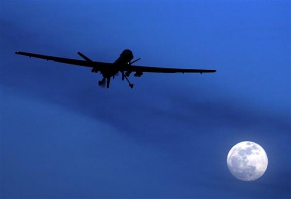 """En esta foto de archivo del 31 de enero de 2010, un avión estadounidense no tripulado Predator vuela sobre la Base Aérea de Kandahar, en el sur de Afganistán, en una noche de luna. El creciente uso de aviones no tripulados tipo """"drone"""" por parte del gobierno de Barack Obama para matar a sospechosos de terrorismo enfrenta una amplia oposición en todo el mundo, según un estudio del Centro de Investigación Pew sobre la imagen de Estados Unidos en el extranjero. (AP foto/Kirsty Wigglesworth, File)"""