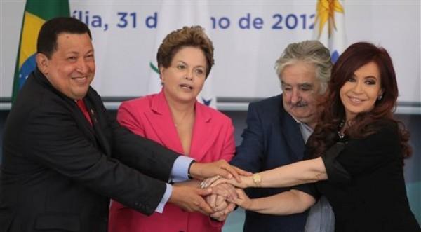 De izquierda a derecha, los presidentes de Venezuela Hugo Chávez, de Brasil Dilma Rousseff, de Uruguay José Mujica y de Argentina Cristina Fernández posan para una fotografía oficial en el Palacio de Planalto en Brasilia, Brasil, el martes 31 de julio de 2012. Los líderes se reúnen en una cumbre extraordinaria del Mercosur para oficializar el ingreso de Venezuela al bloque. (AP foto/Eraldo Peres)
