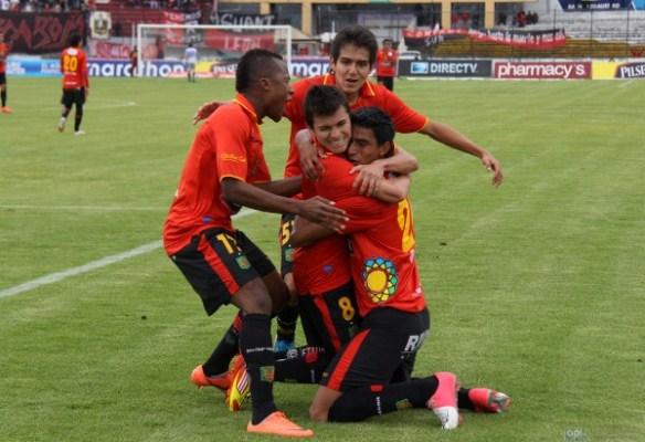 Jugadores del Deportivo Cuenca celebran un gol en el Estadio Alejandro Serrrano Aguilar. Foto: API.