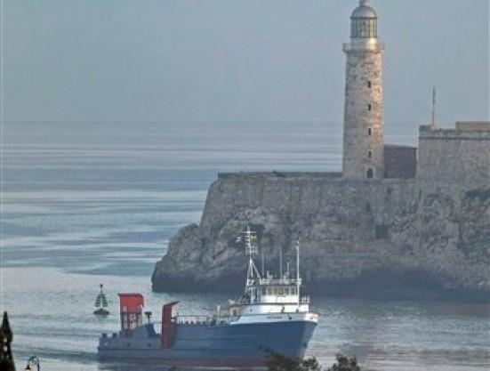 """El buque de carga """"Ana Cecilia"""" llega a la bahía de La Habana, Cuba, en la mañana del viernes 13 de julio de 2012. El Ana Cecilia es el primer barco en medio siglo que transporta artículos humanitarios de manera directa de Miami a La Habana. (Foto AP/Franklin Reyes)"""