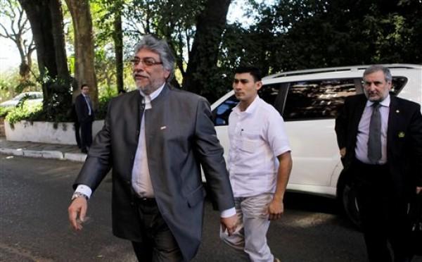 El destituido presidente de Paraguay Fernando Lugo, a la izquierda, llega a una reunión con el Secretario General de la Organización de Estados Americanos José Miguel Insulza en Asunción, Paraguay, el lunes 2 de julio de 2012. (AP foto/Jorge Saenz)