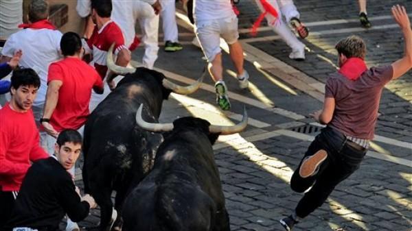Los juerguistas corren entre los toros en las fiestas de San Fermín, en Pamplona, España, el viernes 13 de julio de 2012. (Foto AP/Alvaro Barrientos)
