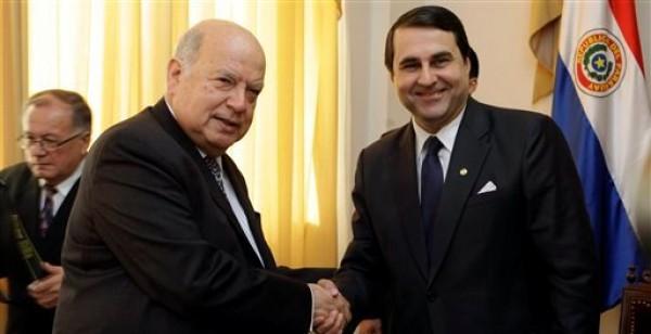 José Miguel Insulza, Secretario General de la Organización de Estados Americanos, a la izquieda, saluda al presidente de Paraguay Federico Franco durante una reunión en Asunción, Paraguay, el lunes 2 de julio de 2012.  (AP foto/Jorge Saenz)