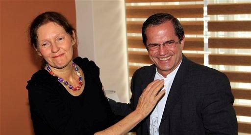El canciller de Ecuador Ricardo Patiño, a la derecha, dialoga con Christine Assange, la madre del fundador de WikiLeaks Julian Assange, durante una reunión en Quito, Ecuador, el lunes 30 de julio de 2012.  (AP foto/Dolores Ochoa)