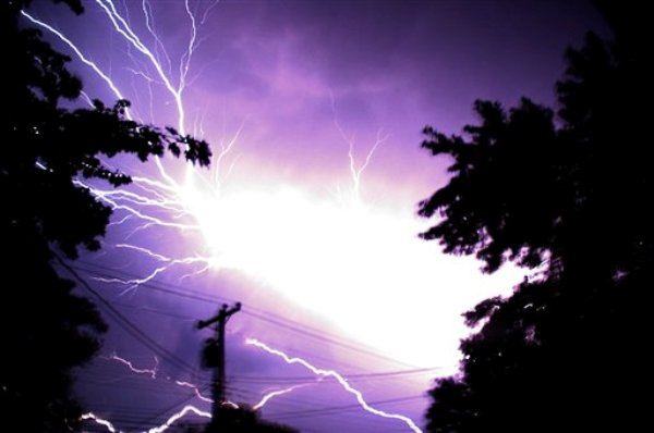 Relámpagos se ven el sábado por la mañana del 30 de junio de 2012 en Hebron, Maryland, debido a las fuertes tormentas que han dejado al menos nueve muertos y han provocado extensos apagones de energía eléctrica. (Foto AP/Salisbury Daily Times, Kristin Roberts)