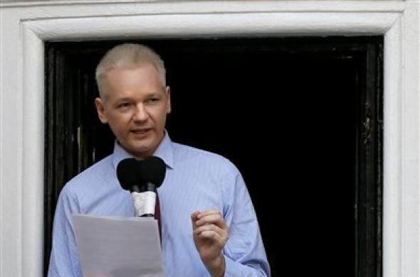 Julian Assange, fundador de WikiLeaks, lee una declaración desde un balcón de la embajada de Ecuador en Londres, el domingo 19 de agosto de 2012. (Foto AP/Kirsty Wigglesworth)