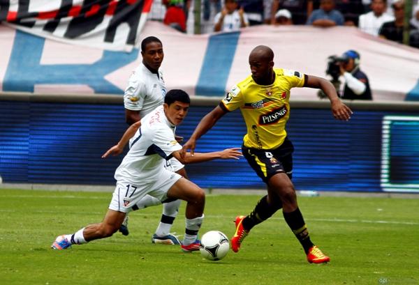Quito, 5 de Agosto de 2012.- En el estadio Casa Blanca, Liga de Quito (blanco) se enfrenta al Barcelona (amarillo) en la quinta fecha de la segunda etapa del campeonato. APIFOTO/JAVIER CAZAR