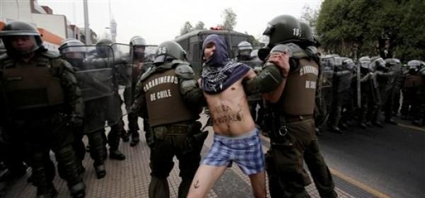 Un manifestante es arrestado por la policía antimotines durante una protesta callejera de estudiantes secundarios y universitarios en Santiago, Chile, el martes 28 de agosto de 2012. (AP Photo/Luis Hidalgo)
