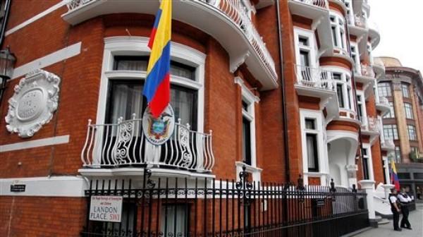 Agentes de la policía británica montan guardia en la embajada de Ecuador en Londres,el 15 de agosto de 2012. (AP Foto/Sang Tan)